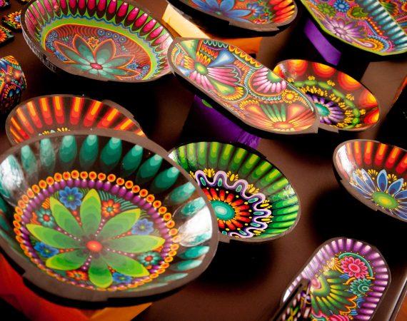 Artesanías de los artesanos del Proyecto Manos en La Ronda. Arte en tigua.